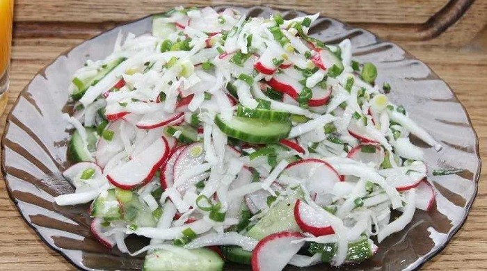 Как быстро приготовить весенний салат из свежей капусты с редисом