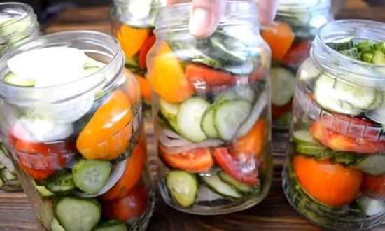 разложить овощи по банкам