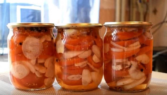 Салат из помидор на зиму с луком