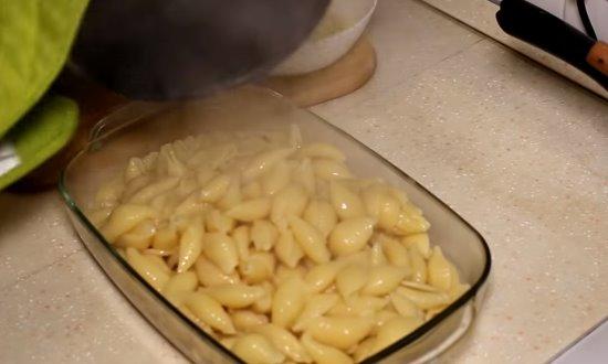 В форму выкладываем макароны