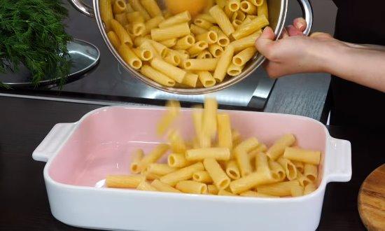 Готовые макароны выкладываем в форму