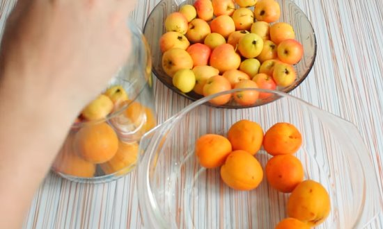 Перебираем и промываем плоды
