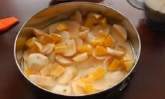 Выкладываем фрукты на тесто