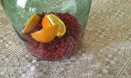 Наполняем банки смородиной и апельсином