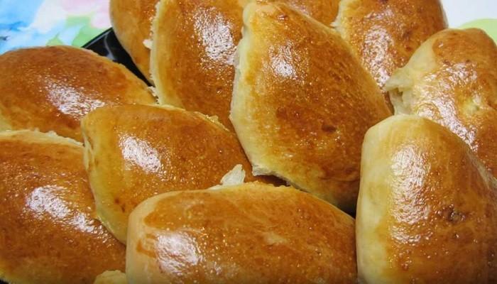 Сладкие пирожки с творогом из дрожжевого теста в духовке