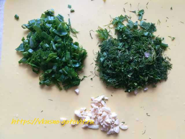режем зелень и чеснок