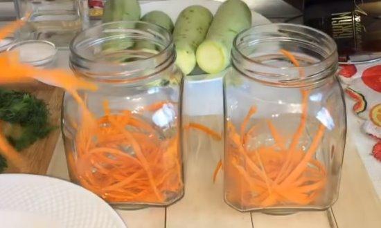 Выкладываем вбанки морковь