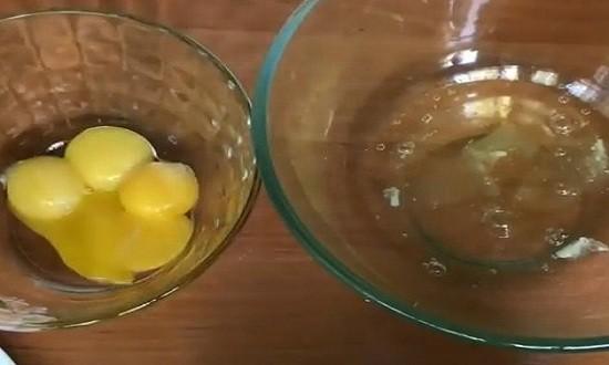 Разбиваем яйца для теста