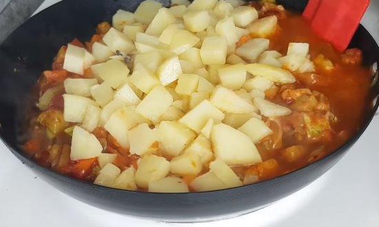 Перекладываем отварной картофель