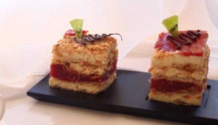 Слоенные пирожные с клубничным желе