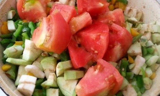 Выкладываем баклажаны и томаты