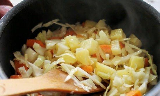 Перекладываем подготовленные овощи в сотейник