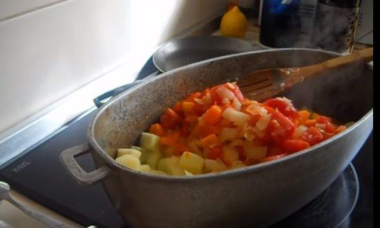Перекладываем пассированные овощи к кабачкам