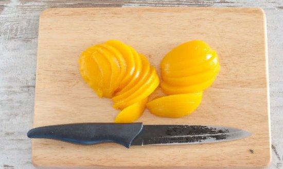 Режем на дольки персик