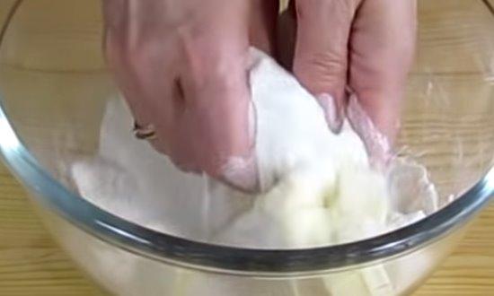 Перетираем масло с мукой и сахаром