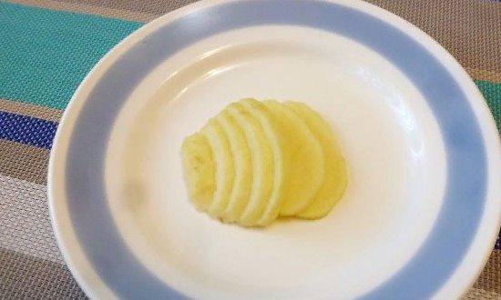 Разрезаем яблоко на дольки