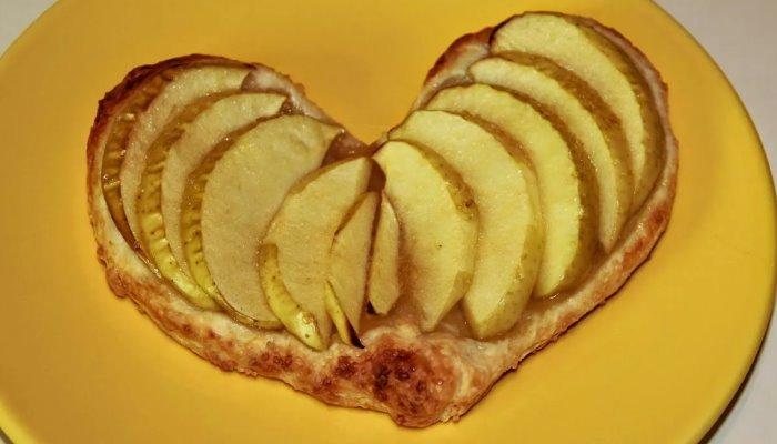 Слоёные сердечки с яблоками и творожным кремом