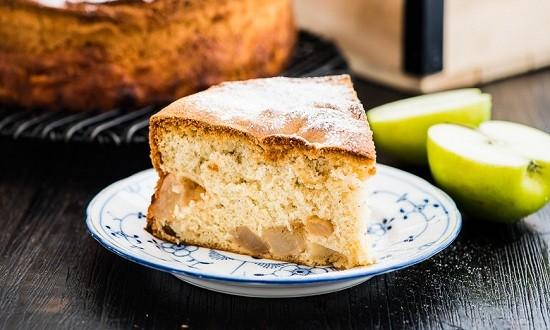 Шарлотка по классическому рецепту из яблок и груш