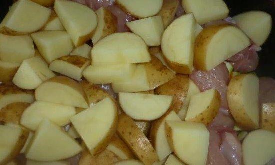 Выкладываем измельчённый картофель