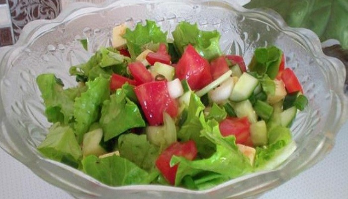 Овощной салат с сыром и зеленью