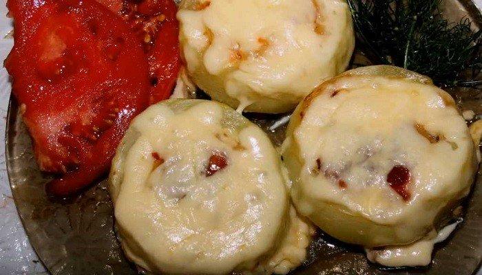 Кабачки, фаршированные овощами, сыром и мясным фаршем