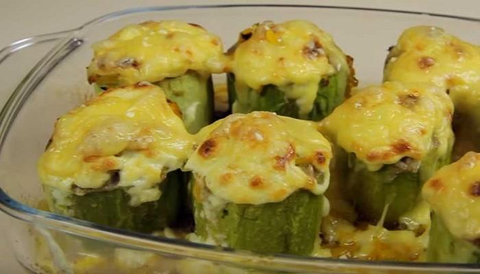 Кабачки фаршированные мясом с овощами, запечённые в духовке под сыром