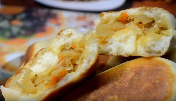Пирожки с капустой из дрожжевого теста на молоке, жаренные на сковороде