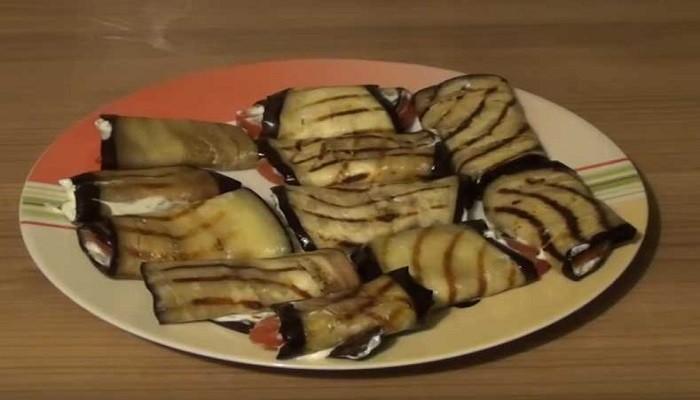 Простой рецепт рулетиков из баклажан с помидорами