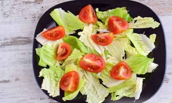 разрезать помидоры, нарвать салат