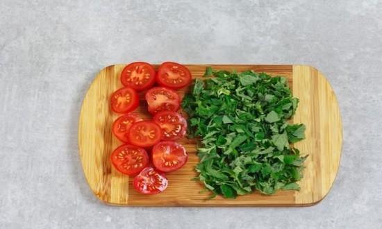 нарезать помидоры и зелень