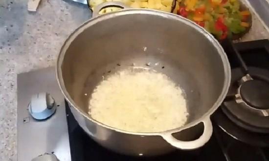 Обжариваем лук