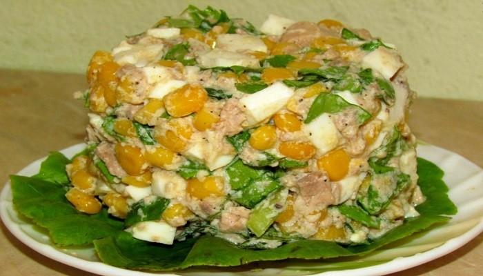 Салат с консервированной печенью трески и кукурузой