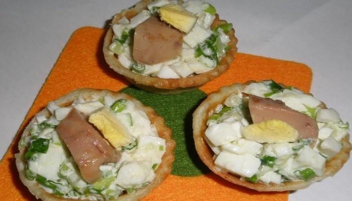 Тарталетки с печенью трески, зелёным луком, укропом