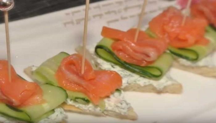 Бутерброды с огурцом, красной рыбой и творожным сыром