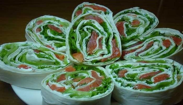 Рулет из лаваша с листовым салатом, сливочным сыром и красной рыбой