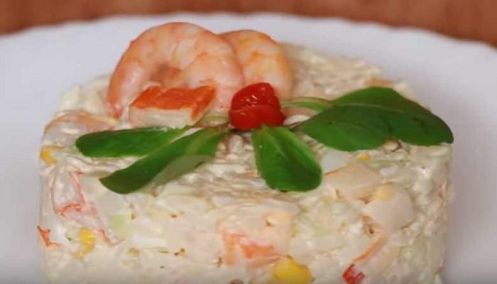 Салат с крабовыми палочками, рисом, огурцом и креветкой