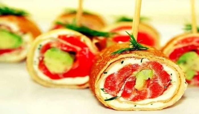 Рулетики из блинчиков с творожным сыром, авокадо и красной рыбой