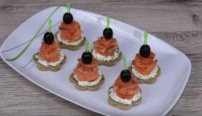 Закусочные канапе на хлебе со сливочным сыром и красной рыбой
