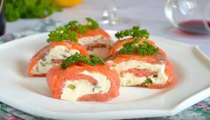 Оригинальная закуска с красной рыбой и творожным сыром