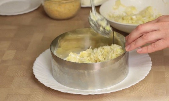 слой картофеля, лука и майонеза