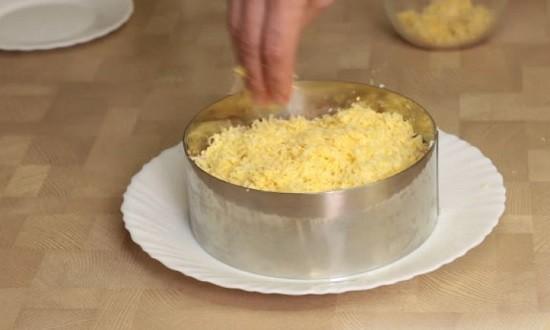 слой сыра с желтком