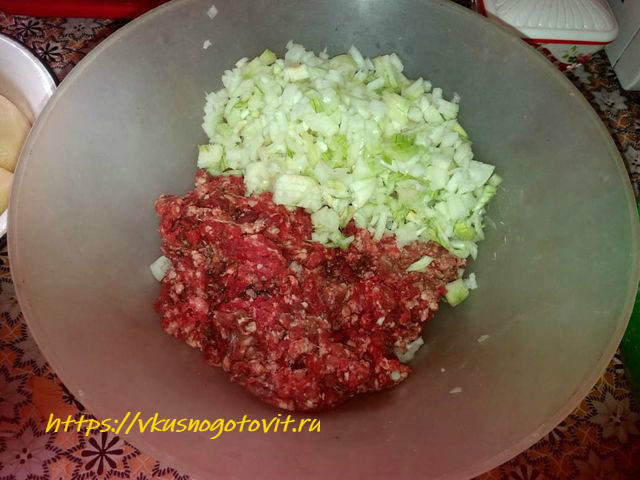 Как приготовить манты в мультиварке на пару из говяжьего фарша с картошкой и луком