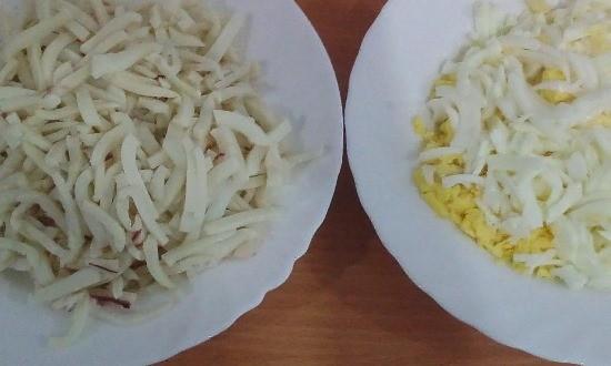 Измельчаем яйца и кальмары