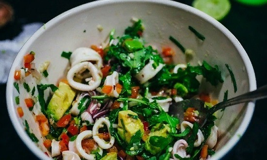 Режем авокадо и добавляем к ингредиентам