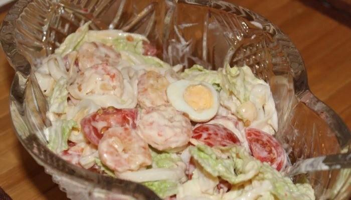 """Салат с кальмарами, креветками и пекинской капустой """"Праздничный"""""""