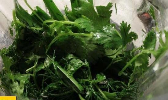 Измельчаем зелень в блендере