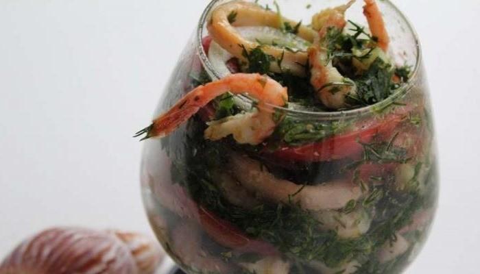Очень вкусный салат с креветками и кальмарами, самые простые рецепты к празднику