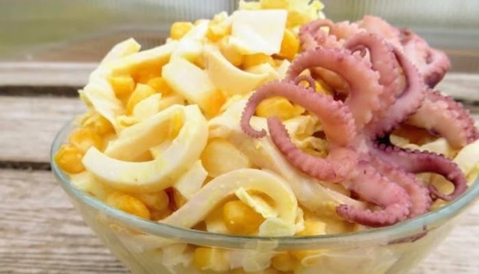 Салат с кальмарами, пекинской капустой и кукурузой
