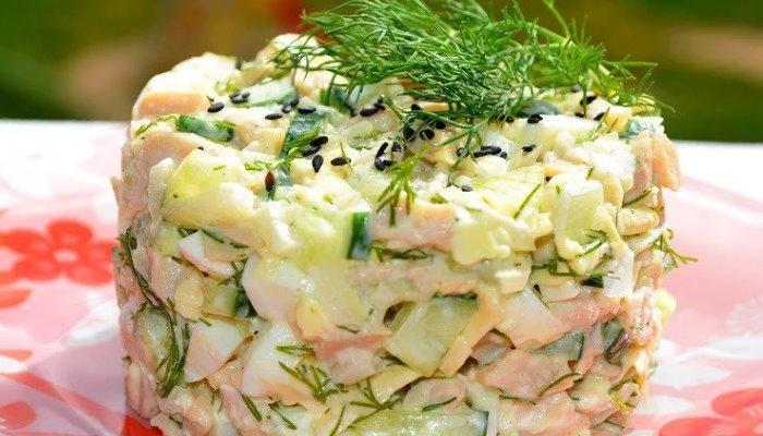 Салат с кальмаром, яйцом, огурцом и сыром