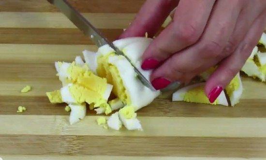 Измельчаем сваренные вкрутую яйца